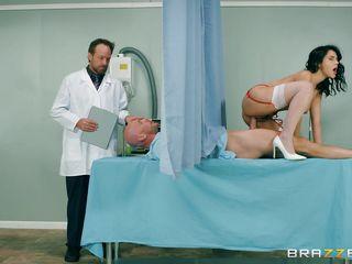 Порно доктор извращенец